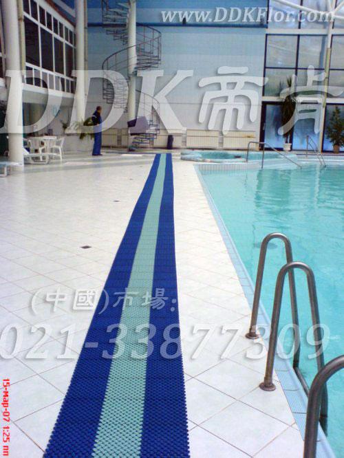 蓝色+绿色泳池岸边地砖地面防滑地毯铺设