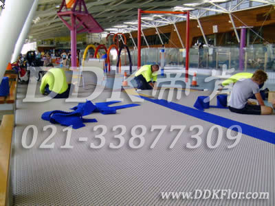 灰色+蓝色_游泳馆地面疏水型防滑铺设材料