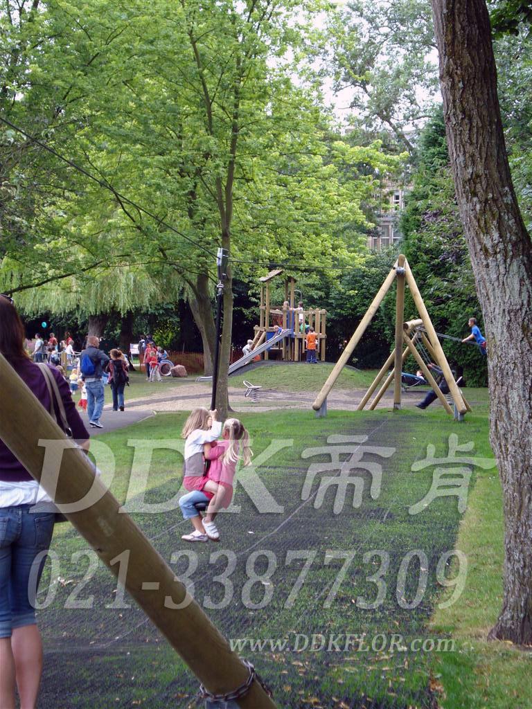 公园儿童游戏区_草坪地面保护_黑色