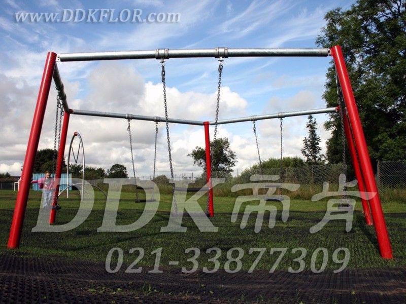 儿童健身游戏秋千区_草坪地面_黑色铺装
