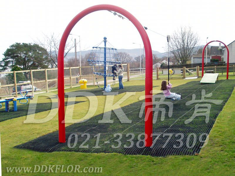 儿童游戏过山滑轮区_草坪地面_黑色铺装样板图片,帝肯(DDK)_400_222效果图,草坪保护垫