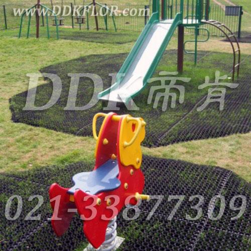 儿童滑梯游戏区草坪地面安全防护_黑色铺装