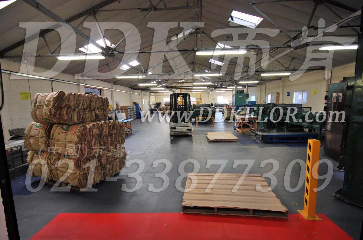 灰+红_厂房仓库地面耐磨材料铺装样板图片,帝肯(DDK)_2000_9979(工业厂房车间地面材料)效果图,PVC拼接地垫,塑料拼接地板,塑料拼装地板,拼装地垫,拼接式防滑垫,拼接地板,拼装地板,拼装地胶,组合式地垫,工业地垫,工业地板,工业地板砖,工业地板胶,工业地板革,工业地毯,工业地砖,工业pvc地板 ,工业地胶,工业塑胶地板,工业橡胶地板,工业耐油地垫,工业走道地垫,工业防滑地垫,工业防滑垫,工厂地垫,工厂地板,工厂地板胶,工厂地毯,工厂地胶,工厂塑胶地板,工厂防滑垫,工厂用塑料地板,工厂防滑地垫,工厂车间地胶,工厂车间地板革,工厂走道地垫 ,工厂用橡胶地垫,耐油工业橡胶垫,pvc塑胶地垫,pvc塑胶地板,仓库塑胶地板,厂房塑胶地板,圆点塑料橡胶地板-地毯-地垫,塑料地垫,塑料地板,塑料地板砖,塑料地板胶,塑料地板革,塑料地砖,塑胶地砖,塑料防滑垫,塑胶地板砖,塑胶防滑垫,塑胶防滑地垫,片材塑胶地板,车间塑胶地板,车间用地板胶,车间塑料防滑垫,车间防滑地垫,车间地垫,车间地板,车间防滑垫,车间防砸地板,锁扣塑胶地板,过道地垫,过道地毯,防滑塑料地垫,防滑塑胶垫,维修车间地板,车间pvc地板,库房地板,厂房地毯,厂房地板,厂房地胶,pvc活动地板,pvc橡胶地板,pvc塑胶锁扣地板,pvc地胶,pvc地垫,pvc地板胶,pvc工业地板,pvc承重地板,pvc防滑地板,pvc防滑地胶,PVC防滑垫,pvc防滑地垫,互扣式地垫,锁扣pvc地板,锁扣地垫,铜钱纹地板胶-防滑地垫-地毯,铜钱纹防滑垫,过道防滑垫,安全通道用地板,安全地胶,安全地垫,安全橡胶地垫,安全防滑垫,实验室地胶,办公室地板,办公室地板胶,叉车地垫,叉车地板,圆点橡胶地板,缓冲地垫,走道地垫,耐重压地垫,耐重压地板,聚氯乙烯地板,耐磨地板,耐磨地胶,耐磨防滑地板,车间地板砖,车间地胶垫 ,车间地面胶皮,防潮地板,防潮地垫,防潮地板砖,仓库防潮地胶,仓库地板,厂房防滑地胶,工业防滑地毯,耐压地板,耐压耐磨地毯,办公室塑胶地板,办公室地胶,地面保护垫,地面保护地毯,地面防滑垫,抗压地垫,抗压地板,净化车间地板,无尘车间地板