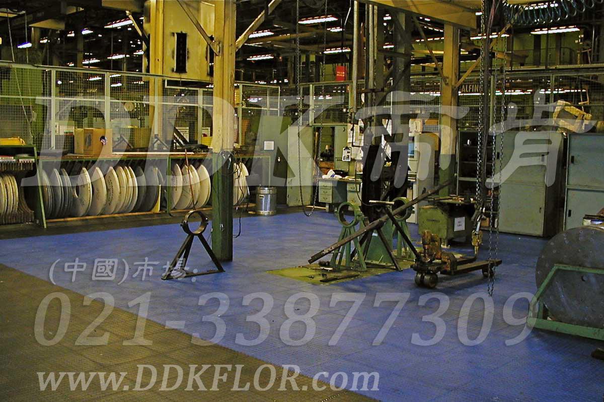 蓝色+黑色_重机械车间地面保护地板材料样板图片,帝肯(DDK)_2000_9979(工业厂房车间地面材料)效果图,维修车间地板,安全通道用地板,工业pvc地板,pvc工业地板,工业地板砖,工业地板,工业地板胶,工业地胶,工业塑胶地板,工业橡胶地板,工业防滑垫,pvc承重地板,耐重压地板,工厂车间地胶,工厂车间地板革,车间pvc地板,车间塑胶地板,车间用地板胶,车间地板砖,车间地板,车间防砸地板,车间地胶垫,车间地面胶皮,仓库防潮地胶,仓库地板,防潮地板,防潮板,塑料拼装地板,塑料拼接地板,塑料橡胶地毯,塑料地板