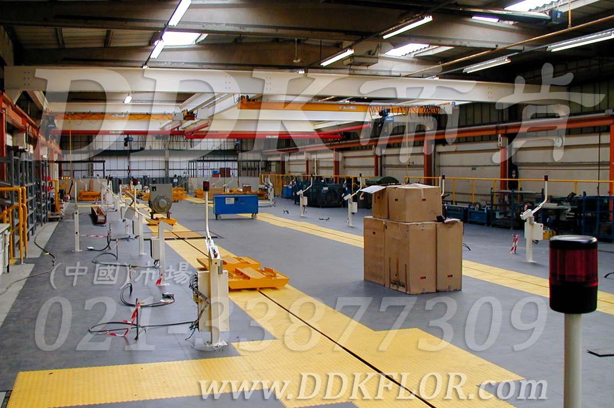灰色+黄色_工业厂房地板铺装材料样板图片,帝肯(DDK)_2000_9979(工业厂房车间地面材料)效果图,厂房地板材料,厂房地胶,厂房塑胶地板,厂房防滑地胶,维修车间地板,安全通道用地板,工业pvc地板,pvc工业地板,工业地板砖,工业地板,工业地板胶,工业地胶,工业塑胶地板,工业橡胶地板,工业防滑垫,pvc承重地板,耐重压地板,工厂车间地胶,工厂车间地板革,车间pvc地板,车间塑胶地板,车间用地板胶,车间地板砖,车间地板,车间防砸地板,车间地胶垫,车间地面胶皮,仓库防潮地胶,仓库地板,防潮地板,防潮板,塑料拼装地板,塑料拼接地板,塑料橡胶地毯,塑料地板