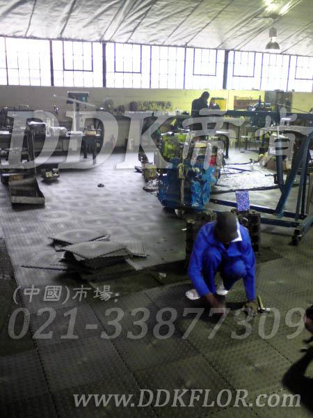 深灰色_机床车间地面地板铺设样板图片,帝肯(DDK)_2000_9979(工业厂房车间地面材料)效果图,厂房地板材料,厂房地胶,厂房塑胶地板,厂房防滑地胶,维修车间地板,安全通道用地板,工业pvc地板,pvc工业地板,工业地板砖,工业地板,工业地板胶,工业地胶,工业塑胶地板,工业橡胶地板,工业防滑垫,pvc承重地板,耐重压地板,工厂车间地胶,工厂车间地板革,车间pvc地板,车间塑胶地板,车间用地板胶,车间地板砖,车间地板,车间防砸地板,车间地胶垫,车间地面胶皮,仓库防潮地胶,仓库地板,防潮地板,防潮板,塑料拼装地板,塑料拼接地板,塑料橡胶地毯,塑料地板