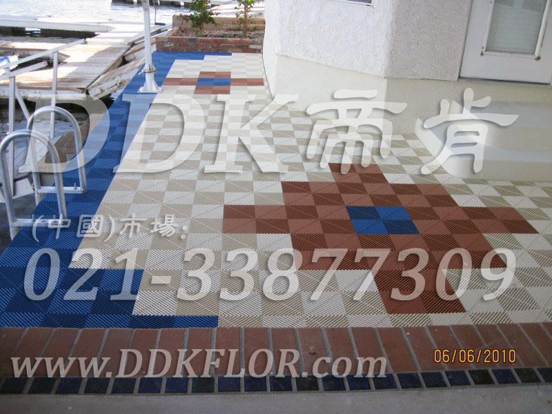 室外水岸边_蓝白咖啡色相拼_地面防滑塑胶地砖材料样板图片,帝肯(DDK)_8100_T550(室外花园地面材料)效果图,户外地砖,户外地板,户外花园地砖,pvc户外地板,塑料户外地板,幼儿园户外地垫,幼儿园户外地板,户外地垫,户外地毯,户外地胶,户外塑料地板,户外塑胶地毯,户外花园地板,户外草坪地垫,户外防滑垫,花园户外地板,阳台户外地板,入户花园地板,入户花园地面,室外花园地砖,花园地板砖,露台花园装修,室外地板胶,室外地砖,室外地胶,室外塑料地板,室外塑胶地板,室外镂空拼装地板,室外防水地板,室外防滑地垫,室外生态地板,室外环保地板,室外防腐地板,室外阳台地板,室外阳台砖,室外露台地砖,室外露台装修,幼儿园室外地胶