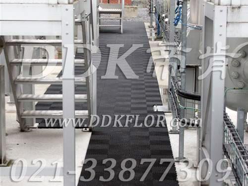 黑色(2)_组合安装_平台通道地面防滑材料样板图片,帝肯(DDK)_8100_9979(工厂地面材料)效果图,通道防滑垫,安全通道用地板,仓库防潮地胶,地面防滑垫,塑胶防滑垫,塑胶防滑地垫,多功能移动地板,室外地垫,室外地板胶,室外拼接地垫,室外防滑垫,室外防滑透水垫,工业走道地垫,工业耐油地垫,拼接式地垫,拼接地板,抗压地垫,抗压地板,模块地板,排水地板,排水地垫,栅格地垫,拼装地胶,拼装地板,拼装地垫,拼接式防滑垫,排水防滑垫,漏水地垫,漏水地胶,漏水防滑垫,甲板防滑垫,疏水板,疏水地垫,疏水防滑垫,疏水垫,网格地板,网格地垫,网格塑料地板垫,网格防滑垫,网格塑料垫,网状防滑垫,耐压地板,走廊地毯,走道地垫,耐磨地垫,耐油防滑垫,耐油防滑地垫,耐油耐水地垫,防潮地板砖,防潮地板,防潮地垫,防滑隔水垫,防潮板,防滑拼垫,防滑塑料地垫,透水防滑塑胶地垫,透水地板胶垫,透水地垫,隔水地板,隔水材料,耐重压地板,耐重压地垫,耐酸碱防腐蚀胶垫,耐磨地板,耐酸碱胶垫,耐酸碱地垫,耐酸碱pvc地板胶,耐磨防滑地板,耐磨地胶