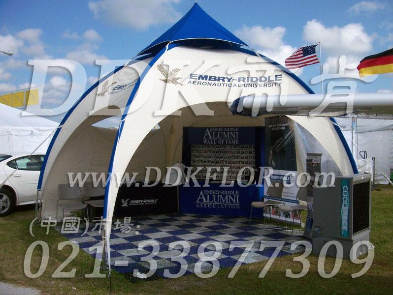 蓝色+白色组合安装_ 户外展览展示地板材料(1)样板图片,帝肯(DDK)_8100_680(展览地面地板材料)效果图,会展地板,展会地板,展会地胶,展厅塑料格栅,可拼接展会塑胶地板,展销会专用地板,草坪保护板,草坪地板,草坪专用盖板