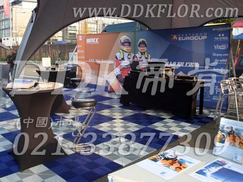 蓝色+白色组合安装_ 户外展览展示地板材料(6)样板图片,帝肯(DDK)_8100_680(展览地面地板材料)效果图,会展地板,展会地板,展会地胶,展厅塑料格栅,可拼接展会塑胶地板,展销会专用地板,