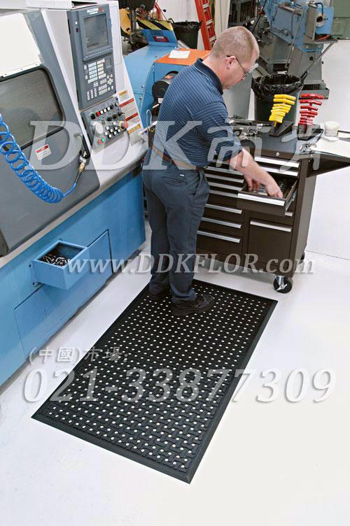 车间地面防滑及保障安全和缓解站立疲劳的铺地材料_黑色钉底设计(1)