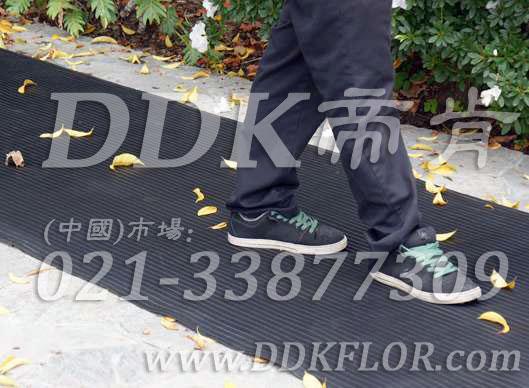 黑色户外走道防滑地毯卷材(1)样板图片,帝肯(DDK)_S450_660(室外地面防滑地毯材料)效果图,室外地垫,室外地板胶,室外地板革,室外地毯,室外地胶,室外塑料地毯,室外塑胶地板,室外橡胶地板,室外防水地板,室外防滑地垫,室外防滑地毯,室外防滑垫,弹性地胶,户外地胶,户外地毯,户外地垫,户外绿色地毯,户外塑胶地毯,地胶,走道地垫,走道地毯,走道垫,通道地毯,过道地毯,过道防滑垫,橡胶防滑地毯,防滑地毯,塑料防滑地毯