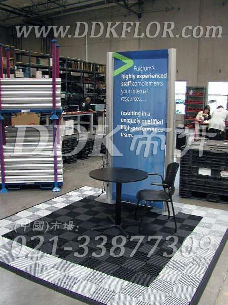 浅灰组合安装(32)_展览展销会活动接待区地面地板铺装材料样板图片,帝肯(DDK)_8100_680(展览地面地板材料)效果图,会展地板,可拼接展会塑胶地板,展会地板,展会地胶,展厅塑料格栅,展厅展车地垫,展台地板,展销会专用地板
