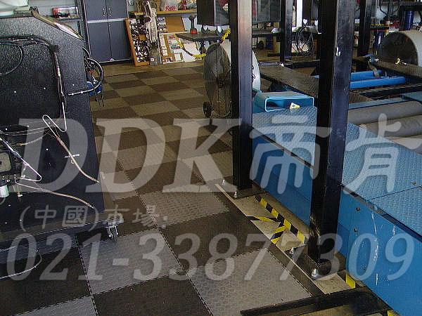 深灰色及浅灰相间色耐磨地板_车辆维修车间地面抗压防滑材料铺设样板图片,帝肯(DDK)_2000_9979(工业厂房车间地面材料)效果图,维修车间地板,安全通道用地板,工业pvc地板,pvc工业地板,工业地板砖,工业地板,工业地板胶,工业地胶,工业塑胶地板,工业橡胶地板,工业防滑垫,pvc承重地板,耐重压地板,工厂车间地胶,工厂车间地板革,车间pvc地板,车间塑胶地板,车间用地板胶,车间地板砖,车间地板,车间防砸地板,车间地胶垫,车间地面胶皮,仓库防潮地胶,仓库地板,防潮地板,防潮板,塑料拼装地板,塑料拼接地板,塑料橡胶地毯,塑料地板