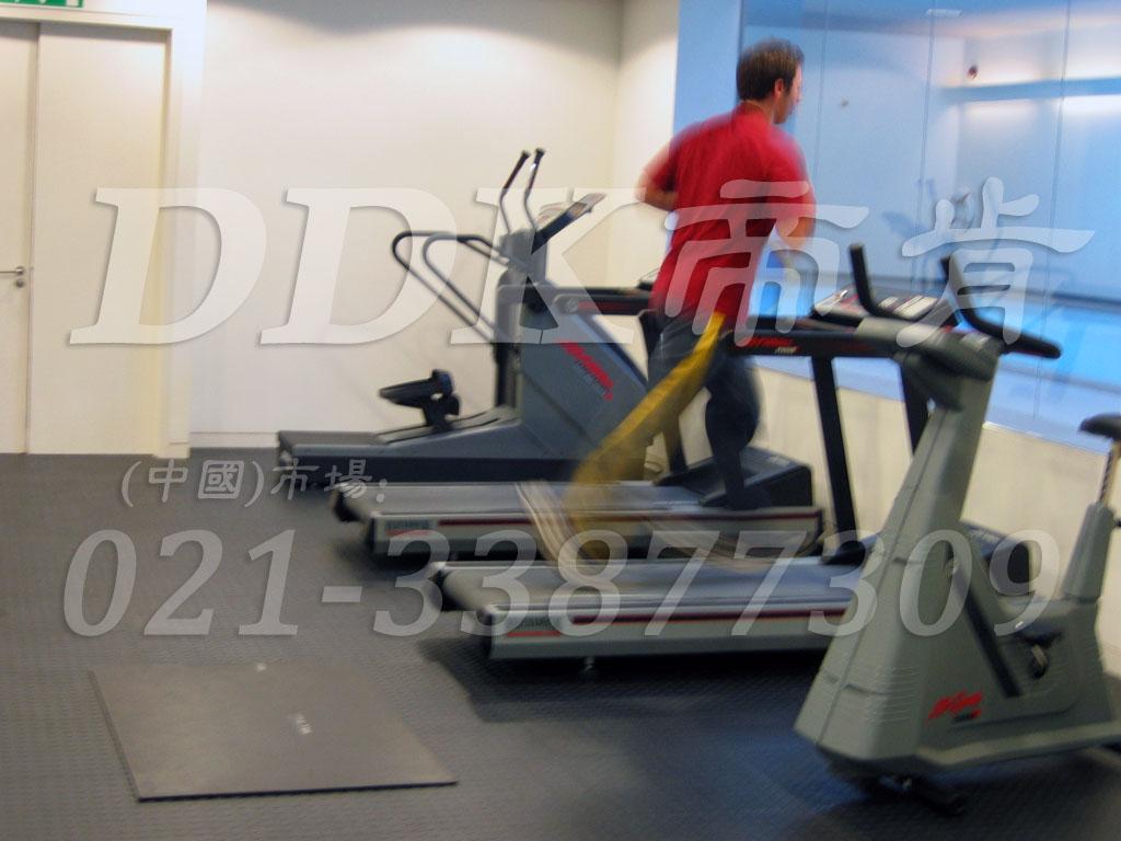 室内健身房运动地面材料(15)_深灰色样板图片,帝肯(DDK)_2000_3020(健身房地面铺装材料)效果图,健身房pvc塑胶地板,健身房地垫,健身房地板,健身房地板胶,健身房地毯,健身房地胶,健身房橡胶地板,健身房防震地垫,运动地垫,运动地板,运动地胶