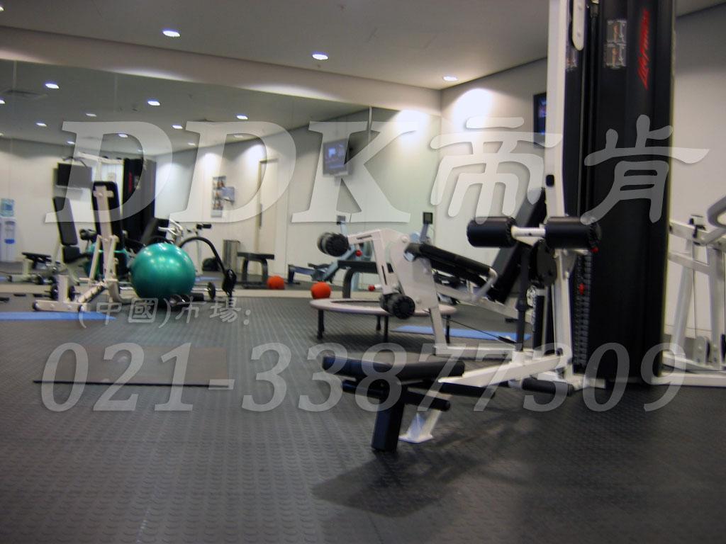 室内健身房运动地面材料(16)_深灰色样板图片,帝肯(DDK)_2000_3020(健身房地面铺装材料)效果图,健身房pvc塑胶地板,健身房地垫,健身房地板,健身房地板胶,健身房地毯,健身房地胶,健身房橡胶地板,健身房防震地垫,运动地垫,运动地板,运动地胶