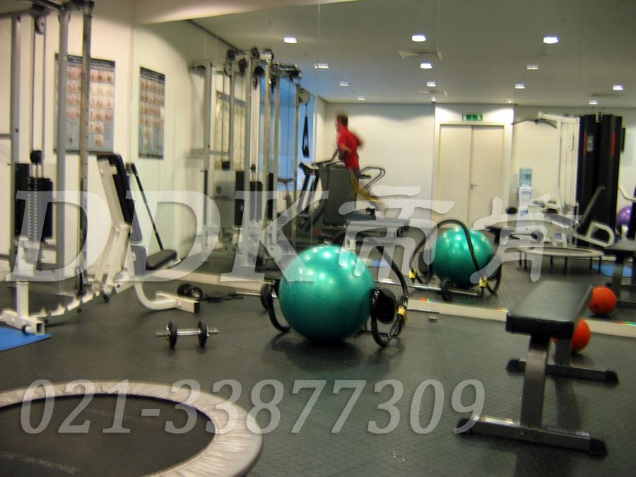 室内健身房运动地面材料(17)_深灰色样板图片,帝肯(DDK)_2000_3020(健身房地面铺装材料)效果图,健身房pvc塑胶地板,健身房地垫,健身房地板,健身房地板胶,健身房地毯,健身房地胶,健身房橡胶地板,健身房防震地垫,运动地垫,运动地板,运动地胶