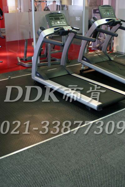 室内健身房运动地面材料(20)_深灰色样板图片,帝肯(DDK)_2000_3020(健身房地面铺装材料)效果图,健身房pvc塑胶地板,健身房地垫,健身房地板,健身房地板胶,健身房地毯,健身房地胶,健身房橡胶地板,健身房防震地垫,运动地垫,运动地板,运动地胶