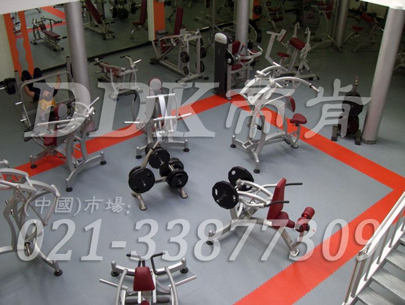 室内健身房运动地面材料(27)_浅灰色加橙红色样板图片,帝肯(DDK)_2000_3020(健身房地面铺装材料)效果图,健身房pvc塑胶地板,健身房地垫,健身房地板,健身房地板胶,健身房地毯,健身房地胶,健身房橡胶地板,健身房防震地垫,运动地垫,运动地板,运动地胶