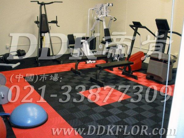 健身房器械区地面铺装材料(4)_橙红加黑灰组合样板图片,帝肯(DDK)_8100_3020(地下室健身房地面地板材料)效果图,健身房pvc塑胶地板,健身房地垫,健身房地板,健身房地板胶,健身房地毯,健身房地胶,健身房橡胶地板,健身房防震地垫,运动地垫,运动地板,运动地胶