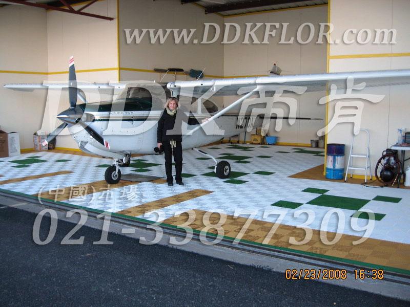 私人飞机停机坪做法(8)_私人飞机库停机地面_卡其加白加绿色