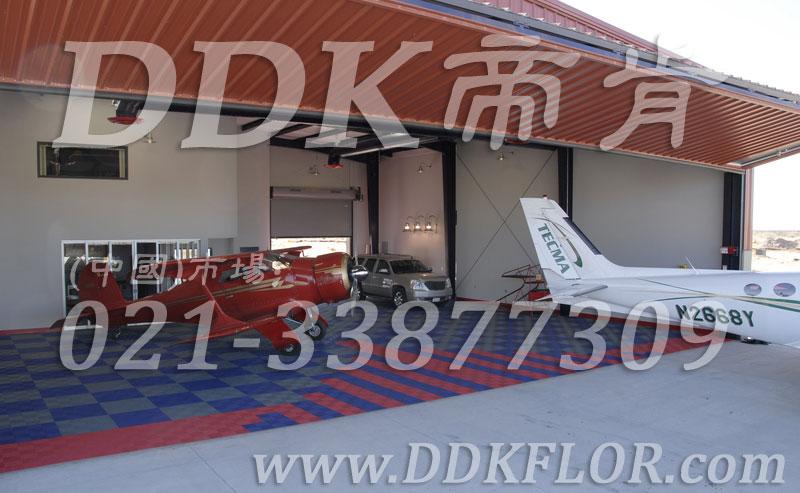 私人飞机停机坪做法(9)_私人飞机库停机地面_蓝灰红色组合地板样板图片,帝肯(DDK)_8100_2267(私人飞机库地面地板材料做法)效果图,私人飞机停机坪,机场地面设备,飞机场地板,飞机地面设备,航空地面设备