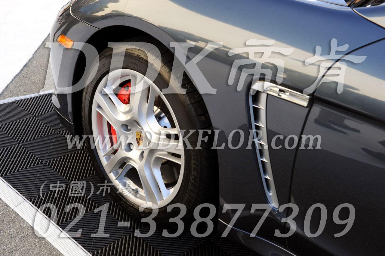 黑色白边室外用镂空式汽车展垫(1)样板图片,帝肯(DDK)_8100_680(展览地面地板材料)效果图,汽车4s店卡扣展示板,汽车展台,汽车展示地垫,汽车防滑垫