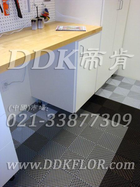 灰色相间黑色(6)快速拼装型办公室地板砖样板图片,帝肯(DDK)_8100_8850(办公室地面装修材料)效果图,办公室pvc地板,办公室地板,办公室地板砖,办公室地板胶,办公室地胶,办公室塑胶地板,办公室片材地板