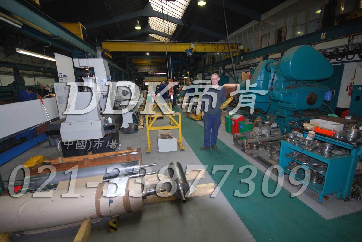 重型机械加工厂房的地面新型耐压拼装式地板_灰色和绿色
