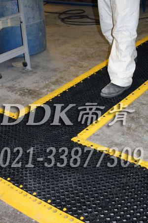 多孔防油防水走道防滑地毯_颜色黑色_7mm厚样板图片,帝肯(DDK)_8250_9979(车间地面耐油防滑材料)效果图,塑料防滑网格垫,塑料网格防滑地垫,塑料网格扳,网格塑料垫,网格地垫,网格地板,网格防滑垫,网格塑料地板垫,防滑塑料网格,网孔地垫,室外拼接地垫,拼装地垫,拼接式地垫,拼接式防滑垫,防滑拼垫,PVC拼接地垫,室外镂空拼装地板,漏水防滑垫,漏水地胶,漏水地垫,漏水橡胶垫,透水地垫,防水地垫,防水地毯,防水垫,防水地胶垫,防水防滑垫,隔水地垫,隔水地板,隔水材料,耐油耐水地垫,疏水垫,疏水性材料,疏水砖,疏水防滑地垫,疏水防滑垫,疏水板,塑料胶垫,pvc防水地垫,z字型疏水垫,卫生间防水地垫,卫生间防水垫,卫生间地板隔水垫,排水地垫,排水地板,排水防滑垫,泄水型地板砖,透水防滑塑胶地垫,防滑隔水垫,防潮地垫,pvc防滑地胶,PVC防滑垫,pvc地垫,pvc地胶
