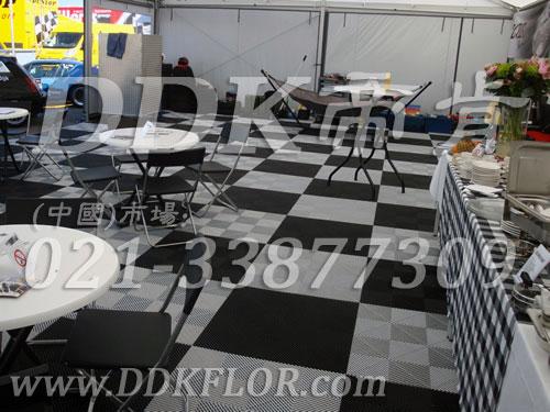 大型户外活动休息区用临时地面拼装式地板铺设实景_黑色与白色组合可移动地板样板图片,帝肯(DDK)_8100_600(户外活动用帐篷地面材料)效果图,帐篷地垫,帐篷地毯,帐篷地胶