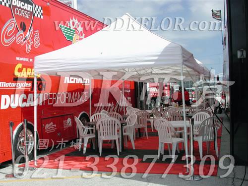 室外凉棚帐篷下铺设用防滑塑料网状地板_红色和黑色组合效果实景
