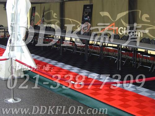 A1世界杯汽车大奖赛上海站休息招待区帐篷地面铺设用展会活动地板实景_严谨黑配色热烈红创意组合拼装效果