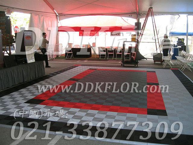 SIAL国际展会室外帐篷演讲互动区地面铺设灰白组合红色及黑色防滑地板材料实景样板图片,帝肯(DDK)_8100_600(户外活动用帐篷地面材料)效果图,会展地板,可拼接展会塑胶地板,展会地胶,展销会专用地板,展会地板,活动地板,pvc活动地板,移动篷房用地板,帐篷地垫,帐篷地毯,帐篷地胶