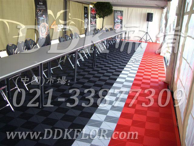 国际展站赛入场接待区室外帐篷地面材料实景_黑灰红组合防滑户外地板效果