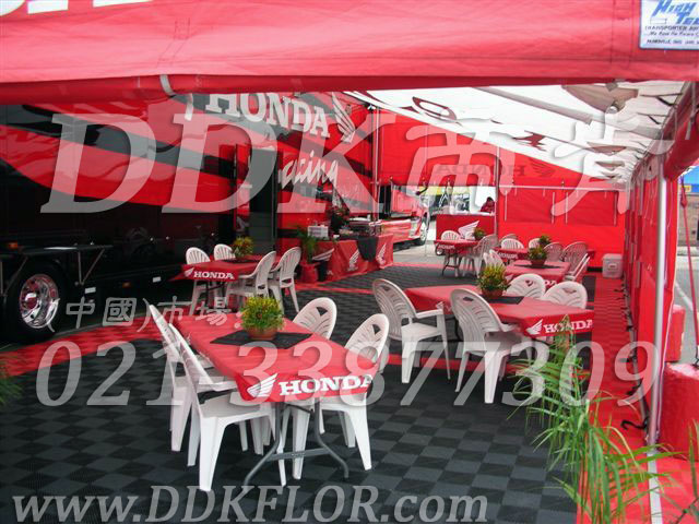 F1国际赛事honda本田车队休憩区帐篷地面塑胶地板铺设实景_灰红两色组合效果