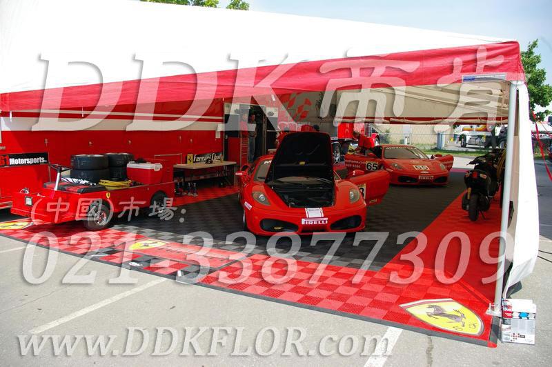 Ferrari法拉利P房PitHouse帐篷地面铺设专用地板材料实景_灰红拼装防油耐压地板效果