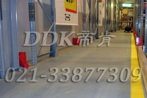 宜家家居(IKEA)公司某仓库通道地面铺装地板现场图例_全灰色平板表面加黄色警示边防护地板样板图片,帝肯(DDK)_2000_9200(厂房通道地板防护材料)效果图,安全通道用地板,工业走道地垫,工厂走道地垫,走道垫,走道地垫,过道防滑垫,通道防滑垫,过道地垫,过道地毯,通道地毯,工厂地板,工业防滑地板,工业pvc地板,工厂车间地板革,工厂用塑料地板,车间地板砖,车间用地板胶,车间地板,车间塑胶地板,车间橡胶地板,工厂车间地胶,工厂车间地坪保护地板,工厂地板胶,抗压地板,拼接地板,模块地板,地板胶,塑料拼装地板,工业地板胶,工业地板砖,工业地板,厂房塑胶地板,厂房地板材料,pvc地板砖,pvc工业地板,pvc地板胶,pvc塑胶地板