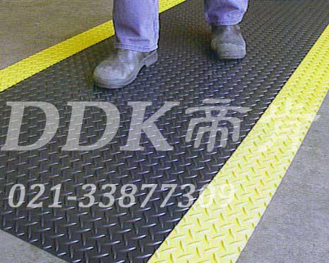 车间水泥地厂房地面过道地毯铺装现场图例_提供定制加工生产人字纹防滑走道地毯样板图片,帝肯(DDK)_HD220(Duxton|皇爵)效果图,pvc防滑卷材,塑料防滑地毯,工业防滑地毯,橡胶防滑地毯,防滑地毯,pvc防滑地毯,pvc塑料地毯,通道地毯,防滑塑料毯,人字纹,钢花纹,铁板纹