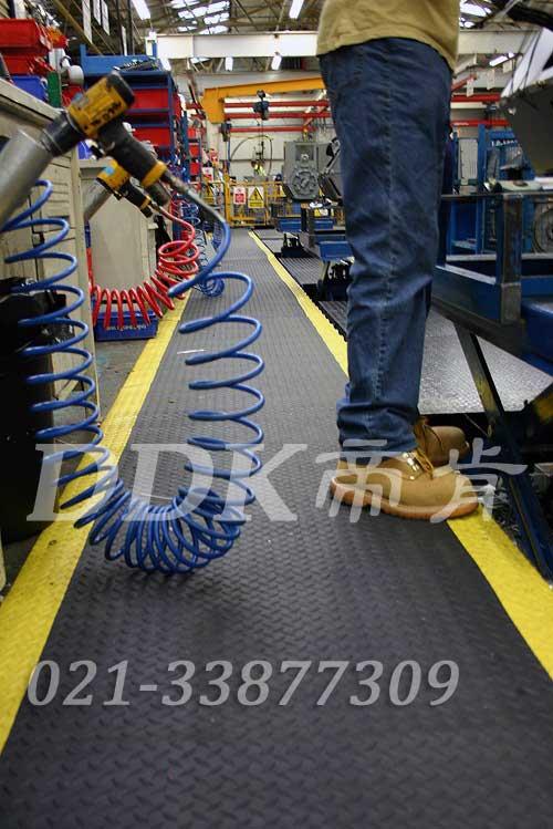 机器加工流水线车间通道地面耐磨防滑而且能耐油的塑料橡胶地毯现场图例_提供定制加工生产耐磨防滑带黄色警示边柳叶纹工厂用地毯样板图片,帝肯(DDK)_HD220(Duxton|皇爵)效果图,流水线地垫,流水线防滑垫,pvc防滑卷材,塑料防滑地毯,工业防滑地毯,橡胶防滑地毯,防滑地毯,pvc防滑地毯,pvc塑料地毯,通道地毯,防滑塑料毯