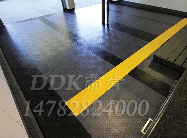 【工厂抗压拼装地板】黑灰相拼色样板图片,帝肯(DDK)_3000_9979(工厂用耐酸碱耐磨防油地面砖)效果图,厂房地板材料,工厂金属地板,车间地板砖