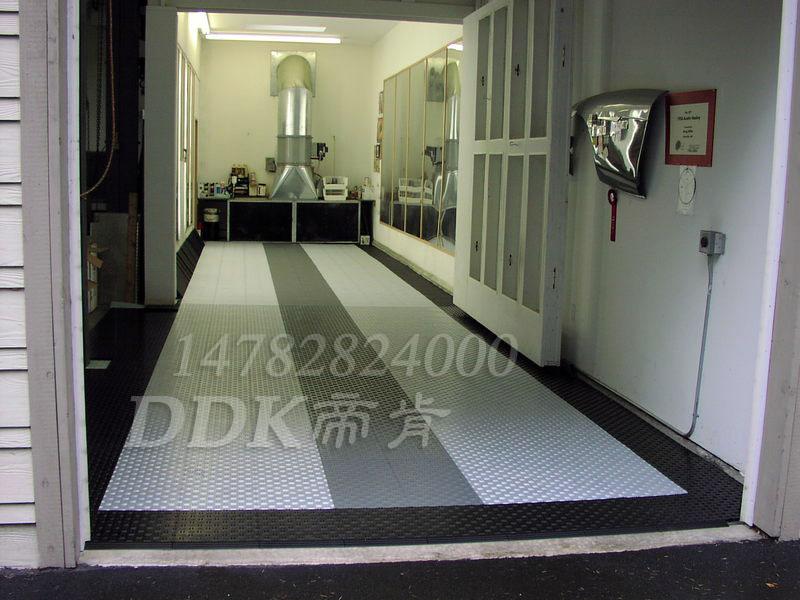 【办公室快装型塑胶地板】银灰色加黑色快装地板样板图片,帝肯(DDK)_3000_9979(工厂用耐酸碱耐磨防油地面砖)效果图,塑料拼接地板,塑料拼装地板,办公室pvc地板,办公室地胶