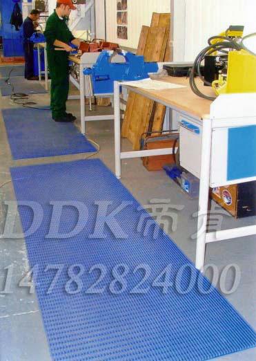 操作台边站立防滑毯_蓝色网格防滑毯样板图片,帝肯(DDK)_1900_9979(工业地面铺地材料)效果图,塑料网格防滑地垫,网状地毯,网状防滑垫,网格防滑垫,网眼防滑,防滑塑料网格