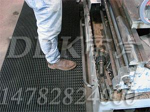 【黑色网格型状地毯】机器防油防滑安全地毯样板图片,帝肯(DDK)_1900_9979(工业地面铺地材料)效果图,塑料网格防滑地垫,网状地毯,网状防滑垫,网格防滑垫,网眼防滑,防滑塑料网格