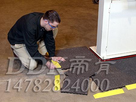 【pvc网格拼装地垫】灰色加配黄色边坡组合样板图片,帝肯(DDK)_8300_9979(防水防油型车间地面防滑材料)效果图,PVC拼接地垫,塑料拼接地板,拼接式地垫,拼接式防滑垫,拼装地垫,拼装地胶,防滑拼垫