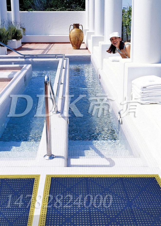 【游泳池池边防滑垫】蓝色效果黄色护边的室外游泳池池边地砖止滑用防滑垫