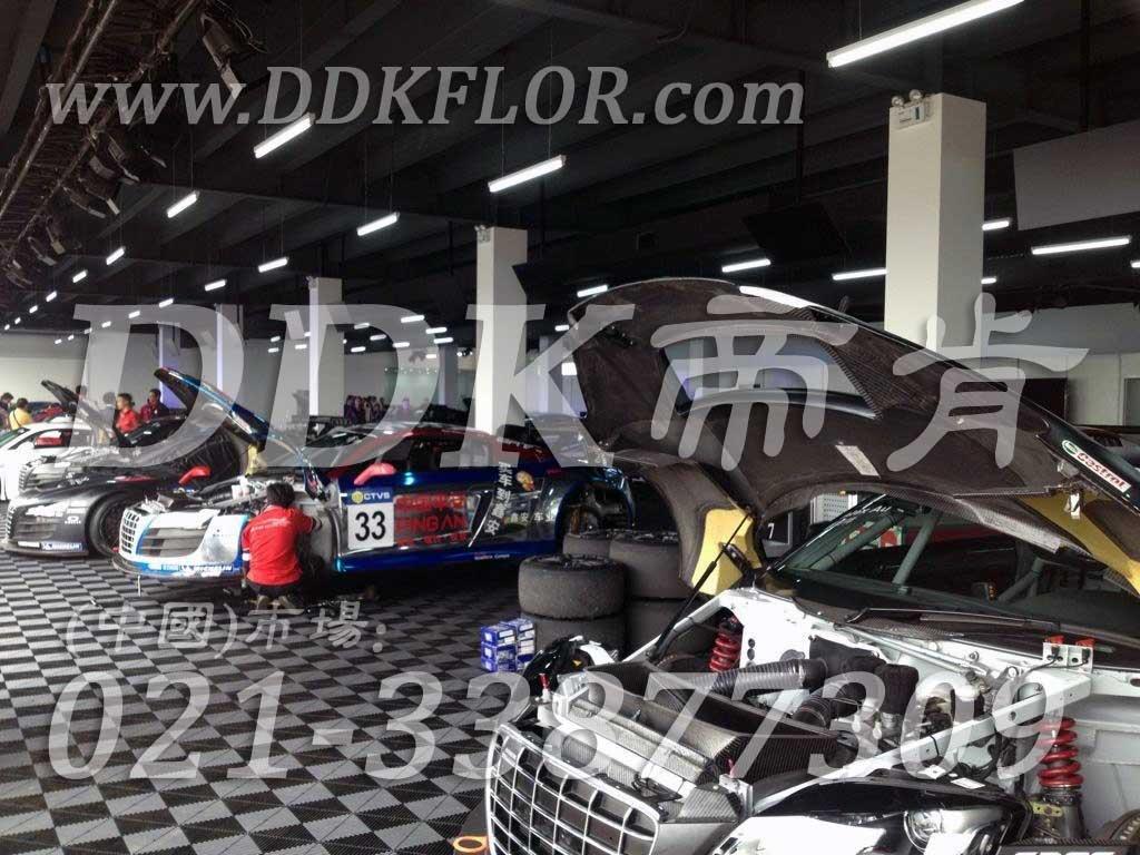 深灰色汽车修理间拼装地板样板图片,帝肯(DDK)_8100_6008(赛车P房帐篷地板)效果图,汽车维修车间用地板,维修车间地板