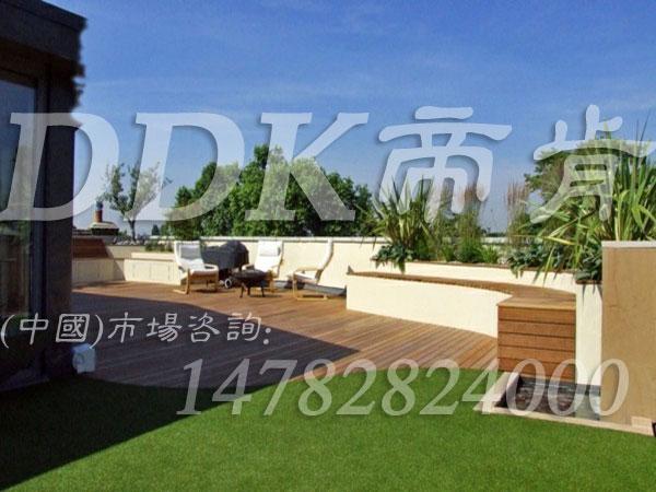 【休闲露台铺什么材料合适】休闲绿色草坪铺装露台
