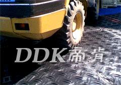 履带车怎么保护地面?请使用「帝肯(DDK)_2500(DDH|帝豪)」重型防护地板